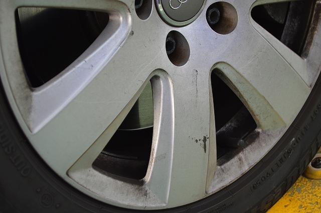 汚れたタイヤとホイール